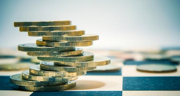 Euro monete accatastati sulla tabella di dama per economia o concetto di investimento