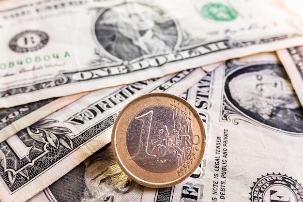 La valuta in euro è più forte della valuta in dollari nella situazione di recessione commerciale.