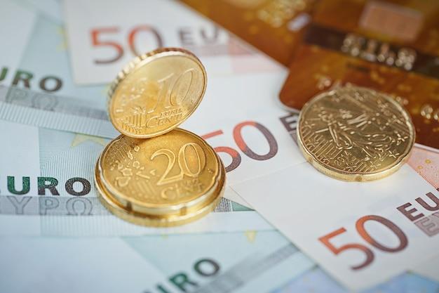 Denaro euro: primo piano di banconote e monete. concetto finanziario