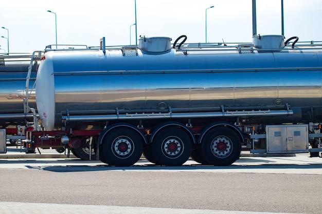 Euro semi camion sull'autostrada. trasporto pesante del camion dei semi.