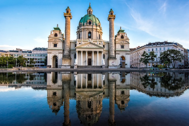 Europa. austria. chiesa di karlskirche a vienna la sera al tramonto