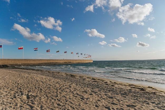 L'altalena delle bandiere di paesi dell'europa ha visto al porto di helsingborg, svezia