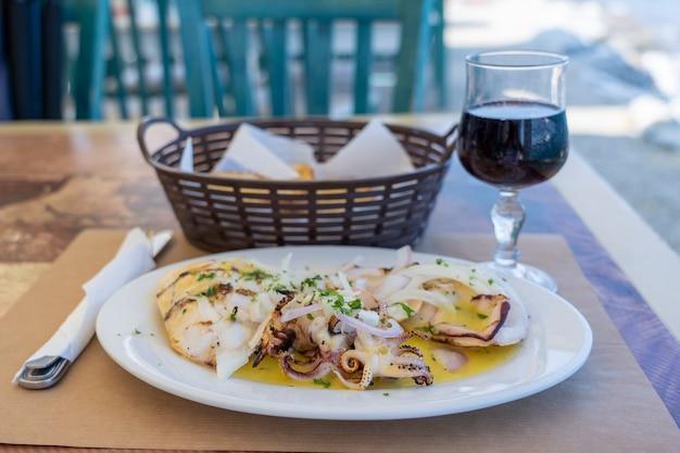Cucina europea, piatto mediterraneo. calamari alla griglia con salsa di ostriche, grecia. avvicinamento