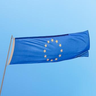 Bandiera europea nel cielo blu