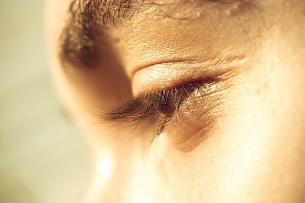 Occhio del ragazzo europeo da vicino