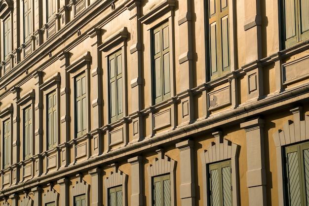 Modello di edificio stile europeo sotto la bella luce del sole estivo