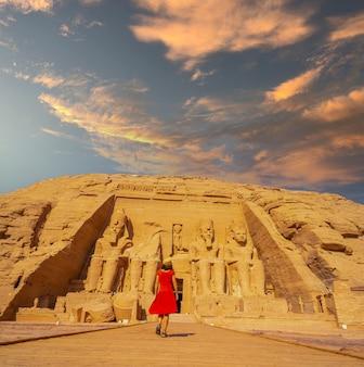 Un turista europeo in abito rosso che cammina verso il tempio di abu simbel