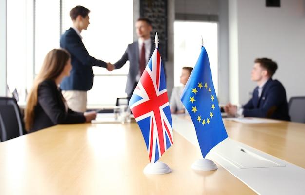 Leader dell'unione europea e del regno unito che agitano le mani su un accordo di affare.