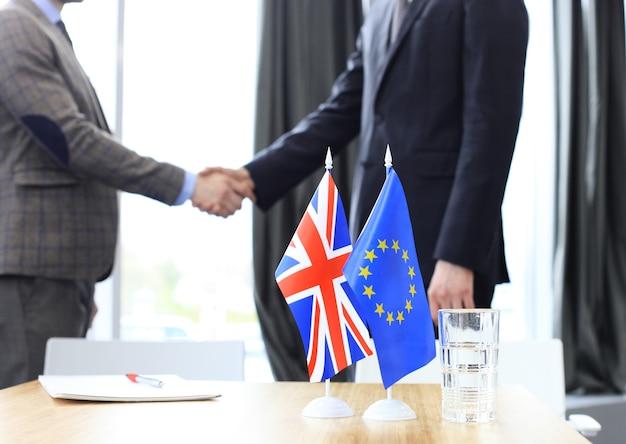 I leader dell'unione europea e del regno unito si stringono la mano su un accordo di accordo