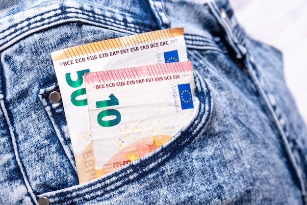 Euro nella tasca dei jeans