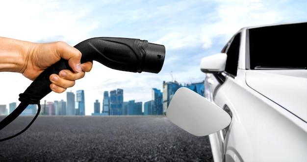 Stazione di ricarica ev per auto elettriche nel concetto di energia verde e viaggi eco