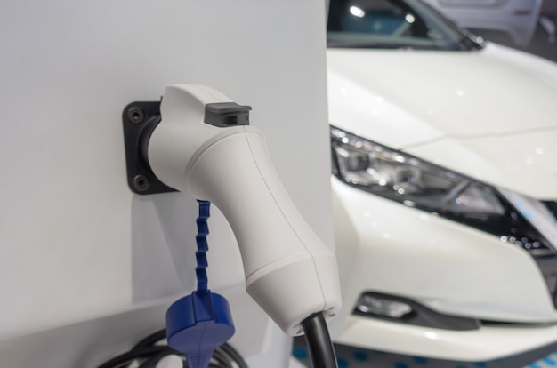 Ev tech. stazione di collegamento dell'alimentazione per la carica della batteria del veicolo elettrico per il futuro, auto elettrica, industria dei trasporti tecnologici, auto ibrida, risparmio energetico, riscaldamento globale e concetto di automobile