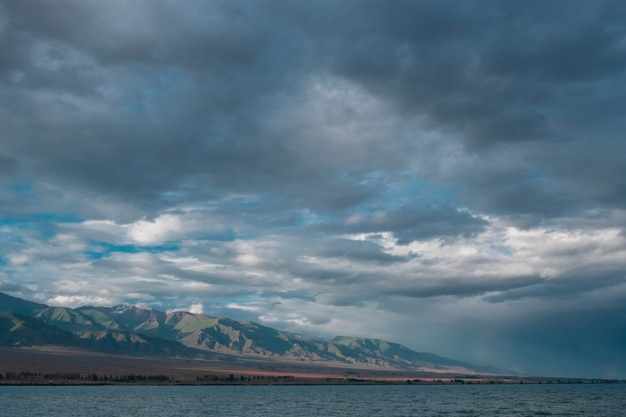 Serata nuvole sul mare vicino al crinale della montagna.