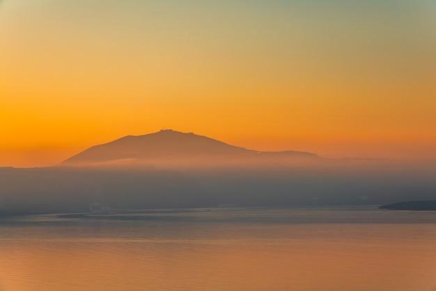 Nebbia serale su una costa montuosa