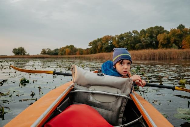 Gita serale in kayak lungo il fiume in autunno