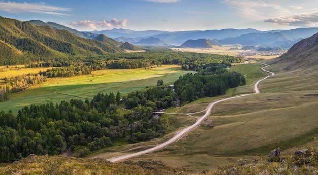 Luce della sera in una pittoresca valle, montagne di altai
