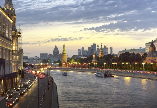 Sera sul fiume mosca le mura medievali delle torri del cremlino argine luci notturne