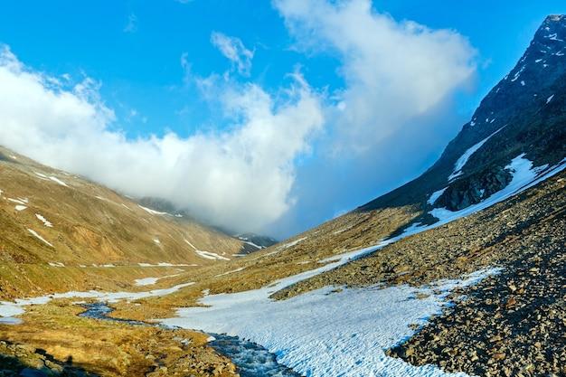 Sera ruscello di montagna e tramonto (vicino timmelsjoch - alta strada alpina sul confine italo-austriaco)