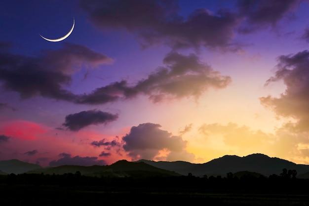 Montagna della siluetta del fondo del cielo di sera