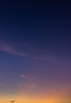 Fondo verticale del cielo di sera