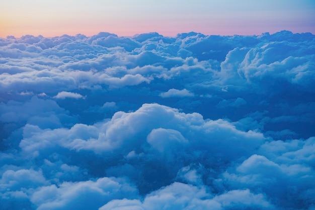 Vista del cielo serale dalla finestra di un aereo passeggeri