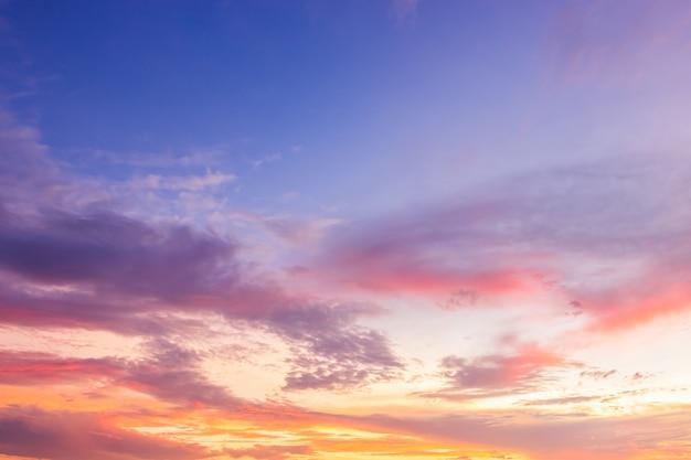 Cielo serale con nuvole colorate luce del sole