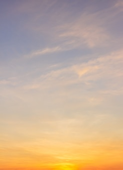 Cielo serale con luce solare coloratasfondo del cielo al tramonto