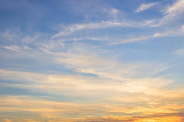 Cielo serale con luce solare tramonto colorato
