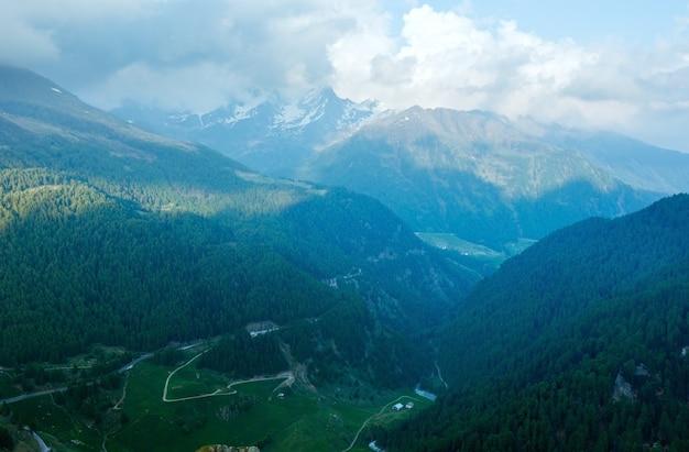 Paesaggio montano estivo di sera. vista da timmelsjoch - alta strada alpina sul confine italo-austriaco.