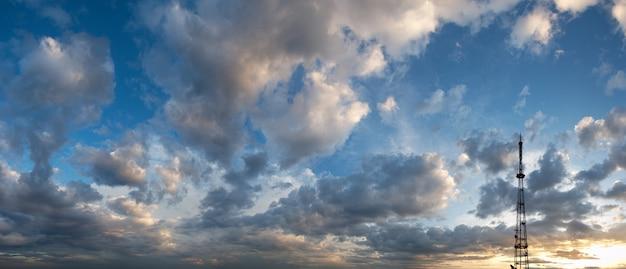Cielo di tramonto serale con nuvole sopra la città di lviv e vista sulla torre della tv (ucraina, vista dalla collina