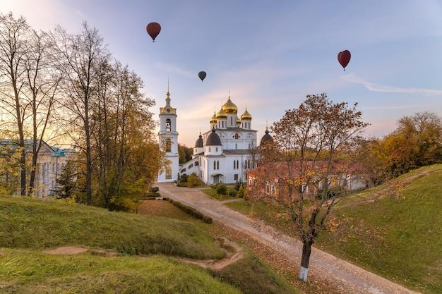 Vista serale della cattedrale dell'assunzione a dmitrov cremlino i palloncini sorvolano la città dmitrov russia