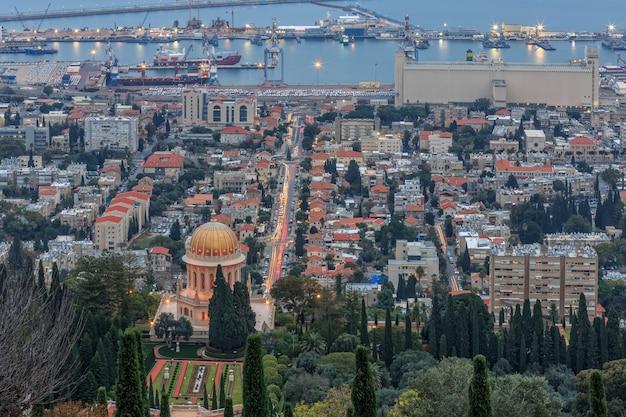 Vista serale del giardino bahai e haifa, israele.
