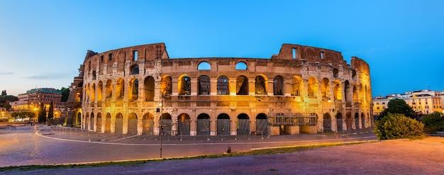 Vista serale del colosseo a roma
