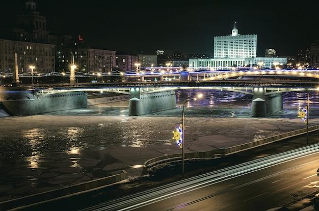 Vista serale dell'argine del fiume krasnopresnenskaya di mosca.