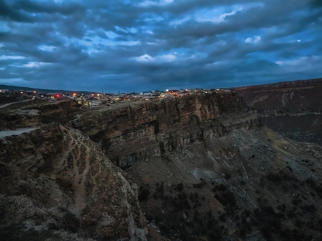 Vista serale del villaggio montuoso di khunzakh in daghestan. la città sulla roccia. russia.