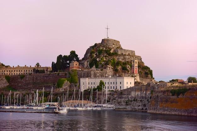Vista serale della fortezza vecchia sull'isola greca di corfù.
