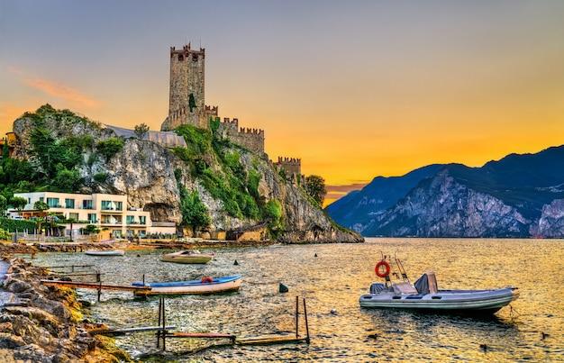 Vista serale del castello scaligero a malcesine - lago di garda, italia settentrionale