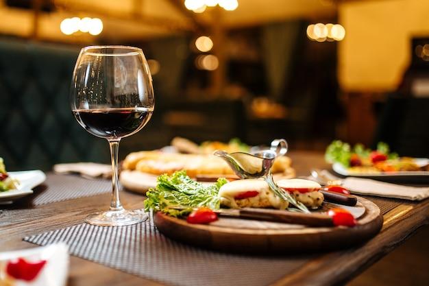 Cena di celebrazione del vino serale su sfocata