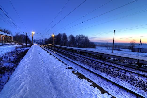 Sera paesaggio invernale della ferrovia