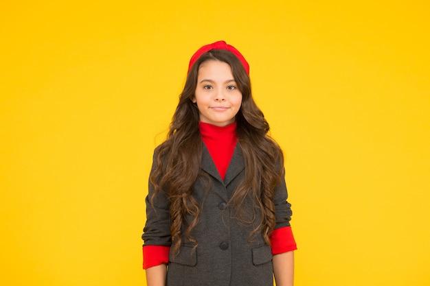 Apprendimento quotidiano. il bambino piccolo indossa uno sfondo giallo uniforme. abito da scuola. ritorno allo stile della scuola. istruzione elementare. settembre 1. abbinare stile e classe con lusso e comfort.
