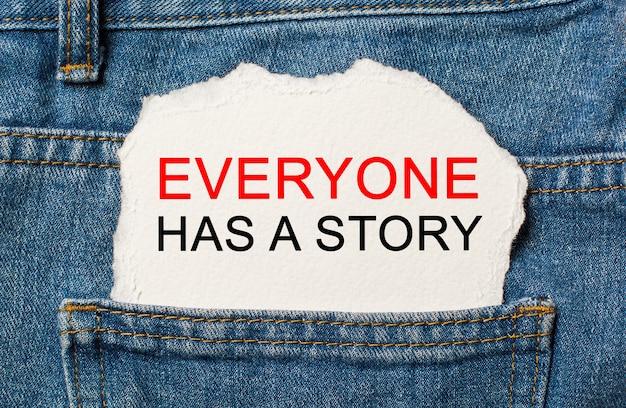 Ognuno ha una storia sulla superficie della carta strappata