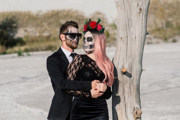 Giorno diabolico della coppia morta non morta in posa, trucco di halloween