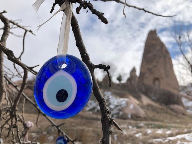 Malocchio - tradizionale souvenir turco legato a un ramo di albero in cappadocia. tacchino.