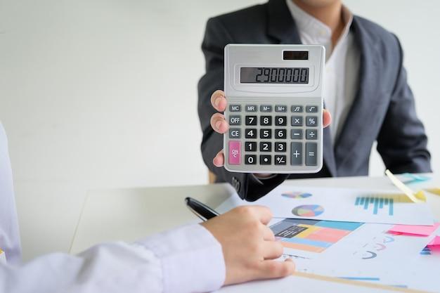 Esame delle consultazioni di bilancio tra consulenti di uomini d'affari.