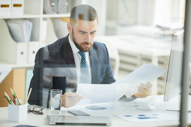 Esame di documenti in ufficio
