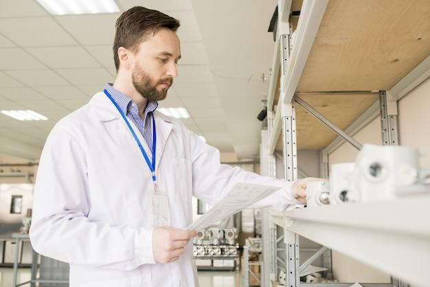 Esame dei trasduttori di pressione presso il magazzino di fabbrica