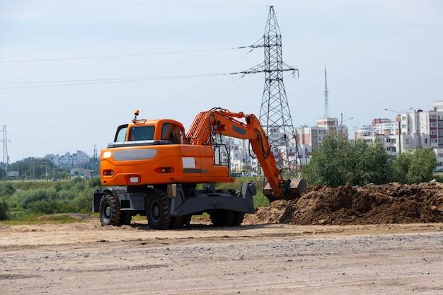 Benna dell'escavatore durante i lavori stradali e di costruzione.