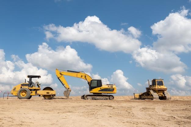 Un escavatore in cantiere per il concetto di industria