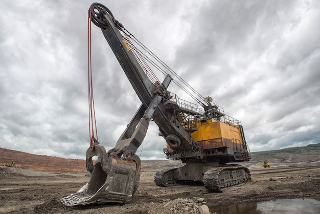 Macchina dell'escavatore che apre la terra