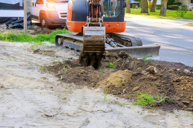 Macchina dell'escavatore che scarica lavori di costruzione di movimento terra del suolo